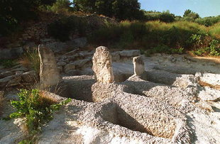 Le cimetière Minoan au-dessus de la ville d'Arhanes