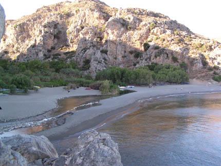Η παραλία με τους Φοίνικες στο τέλος  του Κουρταλιώτικου Φαραγγιού