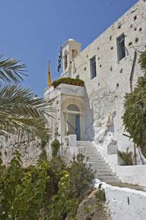 Η είσοδος στη Μονή Χρυσοσκαλίτισσας