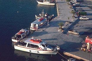 Accostage latéral dans le port d'Agia Galini
