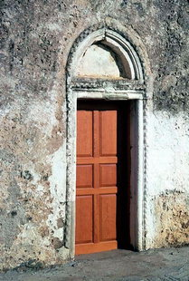 La porte décorative de l'église d'Agios Ioannis et Agia Triada à Pantanassa