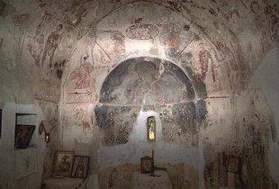 Das Innere der Agios Georgios-Kirche in Tzitzifes