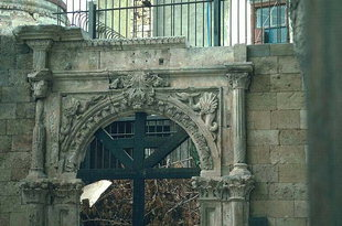 The portal of the Zangaroli mansion that stood in the Kastelli, Chania
