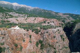 L'église de Michael Archangelos au bord de la Gorge d'Aradena