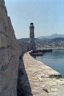Der Pharos (Leuchtturm) und der Stützwall im Hafen von Rethimnon