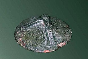 Ένα κιβωτίδιο από το Μόχλο που έχει λαβή ένα σκυλί που αναπαύεται (Δωμάτιο 1, Αρχαιολογικό Μουσείο Ηρακλείου)