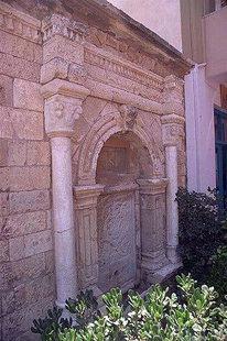 Η κρήνη του Ιδομενέα πίσω από το Ιστορικό Μουσείο Ηρακλείου