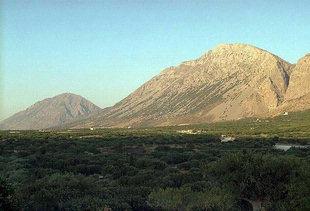 La catena montuosa di Thripti vista del sito minoico di Vasilikì