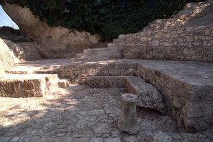 Ερείπια μπροστά από την εκκλησία του Αγίου Ιωάσαφ στον Άγιο Θωμά