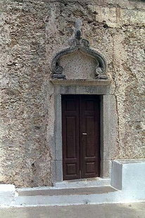 Le portail de l'église d'Agios Georgios à Avdou