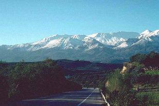 I Lefkà Ori visti dall'autostrada nella zona di Apokòronas, Chanià
