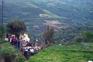 Die Agios Georgios-Kirche und die Schafsboxen im Dorf Asigonia