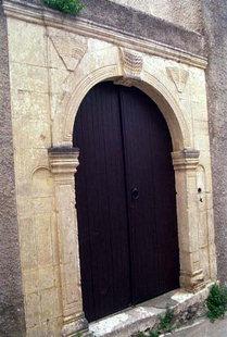 Un antico portale nel paese di Roustika
