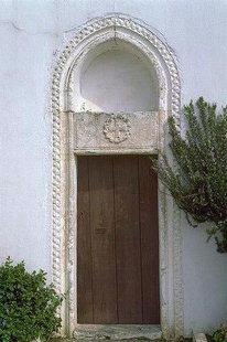 Η εξώθυρα της εκκλησίας της Αγίας Φωτεινής και του Άγιου Σπυρίδωνα  στο Καστέλι Πεδιάδος