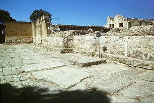 Die Westfassade vom Palast, mit einem Altarsockel, Knossos