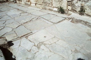 The door-post sockets and the central locking hole, Knossos