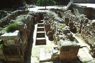 Pithari e ripostigli nei magazzini e lastre annerite di gesso, Knossos