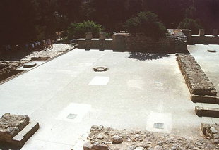 The large room with two central column bases, Knossos