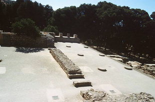 The smaller room with its six column bases, Knossos