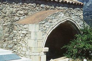 Ένας τάφος έξω από την εκκλησία της Παναγίας στους Λαμπιώτες