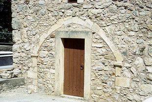 Μια εξώθυρα στην εκκλησία της Παναγίας στους Λαμπιώτες