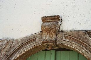 Particolare di un portale nel paese di Àmari