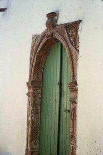 Un détail d'un portail dans le village d'Amari