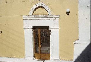 Un portail d'une église à Amari