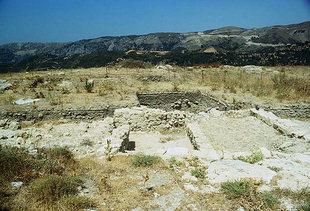Die antike Stätte von Sivritos oberhalb von Thronos