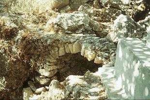 Une ancienne fontaine dans le Monastère de Kaloidena, Ano Meros