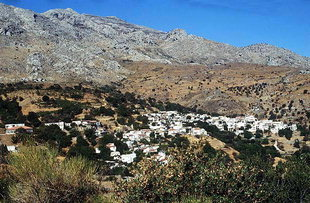 Das Dorf Ano Meros an den Hängen des Amari-Tales