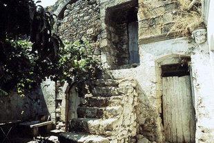 Η αυλή της Βενετικής έπαυλης στις Καλάθενες