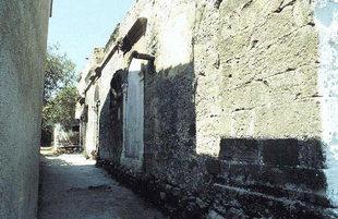 Η μπροστινή πρόσοψη της Βενετικής έπαυλης στις Καλάθενες