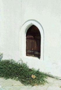 Ένα παράθυρο στην εκκλησία των Αγίων Αποστόλων στον Πύργο Ψηλονέρου