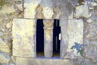 Une fenêtre de décoration dans l'église de la Panagia Kera à Sarhos