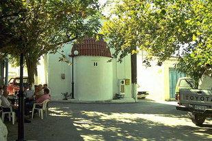 La chiesa di Sotiras nella piazza di Alagni