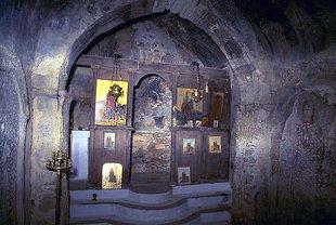 Το εσωτερικό από το μικρό εκκλησάκι της Αγίας Μαρίνας