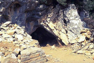 The entrance to the Sendoni Cave, Zoniana