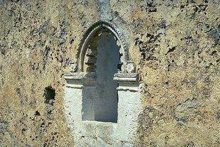 La belle fenêtre de l'église de la Panagia à Skouloufia