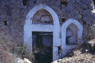 Τα απομεινάρια του σκελετού της εκκλησίας της Αγίας Παρασκευής στα Σκουλούφια