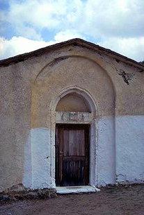 Η εξώθυρα της εκκλησίας της Αγίας Μαρίνας με το οικόσημο Καλλέργων