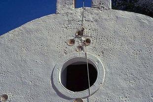 Décorations au-dessus du portail de l'église d'Agia Triada à Agia Roumeli