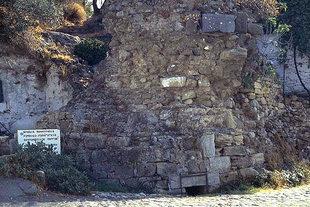 La torre romana e l'acquedotto nel paese di Polirinia