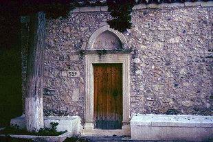 Das Portal der Agii Apostoli-Kirche in Andromili, Lithines