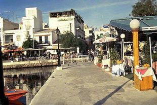 Il molo che circonda il Lago di Voulismeni ad Agios Nikolaos