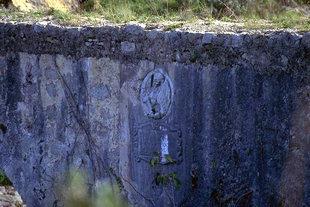 Die venezianischen Instignien auf der Stützkonstruktion von Fortetsa (Karidaki)