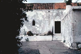 Η πρόσοψη της εκκλησίας της Παναγίας στον Κουρνά