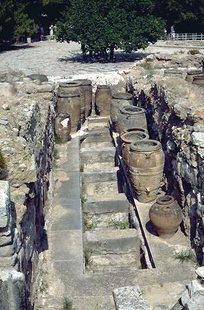 Pithari e scrigni nella zona del Magazzini, Knossos