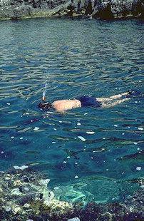 Le chiare acque del mare a largo di Crete