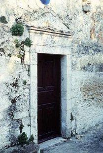 Η εξώθυρα της εκκλησίας της Μονής Αγίας Ειρήνης